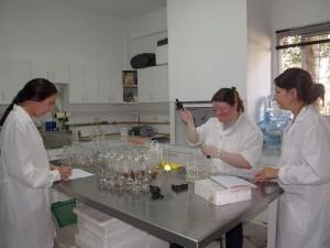 Fabre, Posadas y Rodriguez en el Laboratorio de Industrias Cárnicas